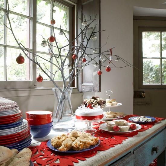 35-idées-déco-table-Noël-chemin-table-rouge-branches-argentées-boules-rouge-verre