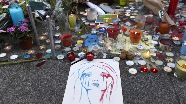 attentats-paris.pendant-lhommage-la-capitale-se-fige