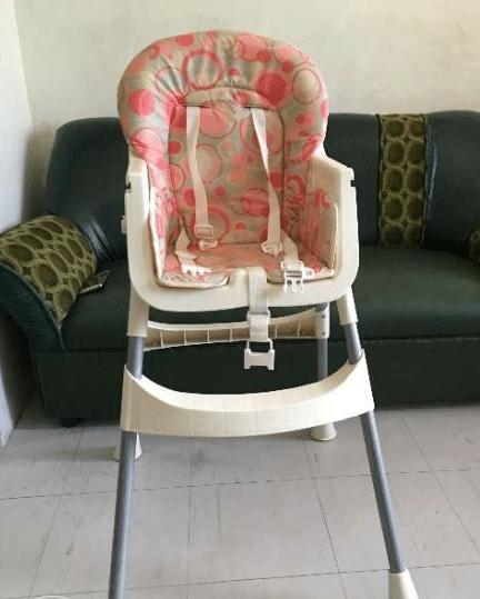 comment s 39 assurer que b b soit install dans sa chaise haute en toute s curit. Black Bedroom Furniture Sets. Home Design Ideas