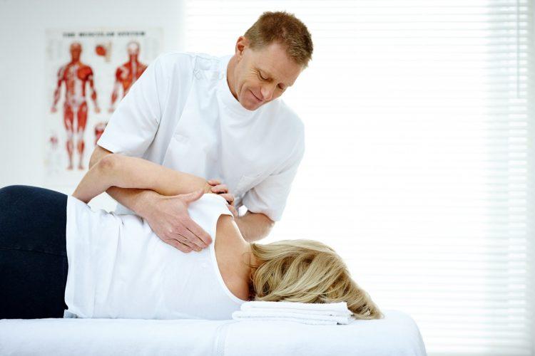 soulager son dos grâce à un physiothérapeute